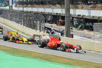前戦韓国GPの起死回生の勝利でポイントリーダーとなったアロンソ(写真手前)。タイトル獲得の可能性を有して臨んだブラジルは、過去2回のチャンピオンを決定づけた因縁深い場所だったが、レッドブルに速さでかなわず、予選5位から3位でゴール。最終戦アブダビGPで2位に入れば、3度目の栄冠を手にすることができる。(写真=Ferrari)