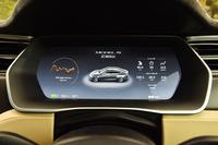 メーターは全面液晶表示。車両情報のほか、カーナビゲーションの誘導イメージも表示できる。