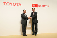 記者会見で握手するトヨタ自動車の豊田章男社長(左)とダイハツ工業の三井正則社長(右)。