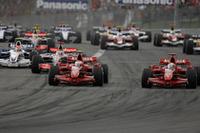 スタートシーン。ポールシッターのキミ・ライコネンがトップ、フェリッペ・マッサが2位で1コーナーへ。10番グリッドのハミルトンは、一気に4位までジャンプアップするも、中段グループの混乱に巻き込まれ後退を余儀なくされた。(写真=Ferrari)