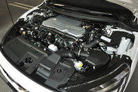 ボンネットの下に燃料電池(FC)スタックや駆動ユニット(モーター、ギアボックス、パワーコントロールユニット)などからなる燃料電池パワートレインがきれいに収まっている。