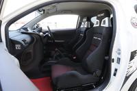 元気な走りに対応すべく、シートはサイドサポートの豊かなレカロ製を採用。