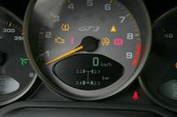 サーキット走行ではタイヤの加熱で空気圧が変わる。それをモニターするタイヤ空気圧チェッカーは標準装備。