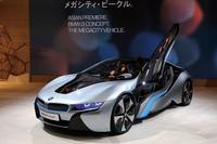 「BMW i8」 次世代モビリティーのために「BMW i」が新しいサブブランドとして登場した。2車種が発表されており、コンパクトな「i3コンセプト」はピュアEV、プレミアムスポーツの「i8コンセプト」はプラグインハイブリッドである。2013年から順次市販される予定。写真は東京モーターショー会場に展示された「i8コンセプト」。(写真=峰昌宏)