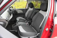 シートの色はブラックとグレーのツートンカラーで、表皮にはファブリックを採用。オプションでブラック/シャンパンのナッパレザーシートも用意される。