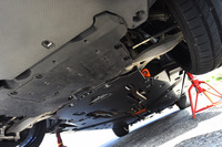 車体下部には「エアロアンダーブレース」が備わる。ボディー剛性を高めるとともに、車体下部をフラット化することで空力性能を高める効果を持つ。