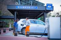 横須賀パーキングエリアにて急速充電器を利用する田中ケンさん。NEXCO東日本のパーキングエリア、サービスエリアの急速充電器は、事前の申し込みや手続きなしに、行ったらその場で利用できる。