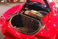 ラゲッジルーム(写真手前)の容量は110リッター。その奥、キャビンとの間にはエンジンがおさまる。