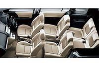 基本は6席。7つ目の「カラクリ7thシート」は、2列目左側の座面下から座面を引き出し、大型センターアームレストを背もたれにして完成する。さらに、2列目の運転席側シート下からは「カラクリ収納ボックス」が出現する。