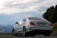 独ダイムラーが新型「メルセデス・ベンツSクラス」を発表したのは2013年5月。今回紹介する「S63 AMG」は、その2カ月後となる2013年7月に概要が発表され、同年9月のフランクフルトショーで世界初公開された。