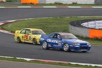 星野一義氏が駆る「カルソニックブルー」の「R32GT-R」が従えているのは、これまた懐かしいカラーリングの「オートテック(BMW)M3」。しかもステアリングを握っているのは、当時ドライブしていた中谷明彦氏。90年代前半にタイムスリップしたような光景である。