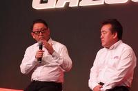 ニュルの思い出を語る、豊田社長(写真左)と勝又義信氏。「テストドライバーの成瀬 弘氏が亡くなってから、一段と責任感が増したのか、社長の走りは変わったと思います」とは勝又氏の弁。