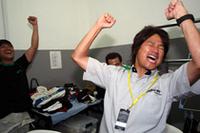 チェッカー後、車検を無事通過。優勝確定の知らせに、近藤真彦監督は喜びを爆発させた。