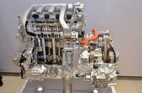 FF車用ハイブリッドシステムも、「日産フーガ」などのFR車用と同様に1モーター2クラッチ方式を採用。クラッチ1はエンジン(4気筒)とモーターの間、クラッチ2はモーターとCVTの間に設置されている。