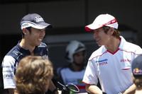 2人の日本人ドライバーがブラジルGPに出走。先輩格の中嶋一貴(左)は、ティモ・グロックの代役としてデビューした小林可夢偉(右)とコース上で丁々発止。 小林がピットアウトする際に2台は交錯し、中嶋はコースアウト、リタイアした。 血気盛んなトヨタのルーキーはコース各所で果敢な走りを披露、だがやや行き過ぎた感もあり、バトンはブレーキング時のライン変更の多さに苦言を呈すほど。予選11位から、ヘイキ・コバライネンのペナルティで順位をあげ9位完走。(写真=Toyota)