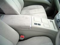 ハイブリッド用のニッケル水素バッテリーは、ちょうど前席の間の下にマウントされる。