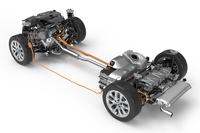 「225xeアクティブツアラー」のベアシャシー。ガソリンエンジンが前輪を、モーターが後輪を駆動する。