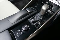 センターコンソールのアップ。左側には先代モデルにはなかった操作デバイス「リモートタッチ」が、右側には走行モードの選択ダイヤルが置かれる。