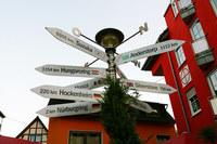 ニュルブルクのふもと、アデナウの街で見かけたステキな標識(?)。鈴鹿まで9365kmか。ずいぶん遠くへ来たもんだ……。