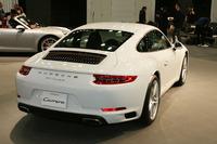テールライトのデザインが変更されたほか、エンジンフードのスリットの向きが縦に改められた(写真は「911カレラ」)。