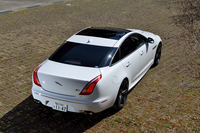新型「ジャガーXJR」は、2013年3月のニューヨーク国際自動車ショーでデビュー。日本では、同年10月に受注が開始された。