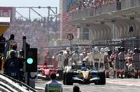 レース序盤、マッサ1位、シューマッハー2位、アロンソ3位のオーダーが崩れたきっかけは、14周目に投入されたセーフティカー。続々とピットに入る各車のなかで、フェラーリは2台を同時に迎え入れざるを得なかった。作業が後回しになったシューマッハーは、ご覧のとおりピットでアロンソに2位の座を奪われ、その後逆転の機会をうかがったがこのままゴールした。(写真=Renault)
