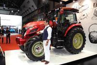 デザインを手がけた大型トラクターの量販モデル「ヤンマーYT5113」とともに写真におさまる奥山清行氏。