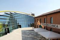生家の横には、モダンな新築の展示ホールが設けられている。