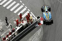 """フェルナンド・アロンソ/ルノーの""""敵""""はタイヤ。予選でライコネンに並び、スタート後2位を守り続けたアロンソだったが、リアタイヤの問題で後退。それでも4位入賞は上出来とレース後にコメントした。(写真=ルノー)"""
