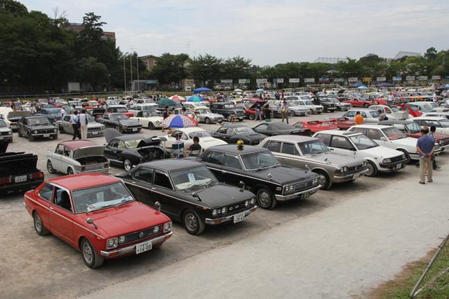 グラウンドには、一般参加の260台に埼玉自動車大学校の所有車両20台を加えた旧車が大集合。