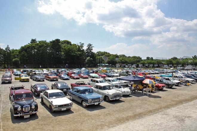 グラウンドに集結した約200台のヒストリックカー。
