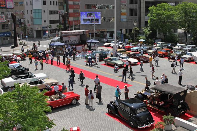 都心のターミナル駅の駅前広場に、60台以上の旧車が集まった珍しい光景。
