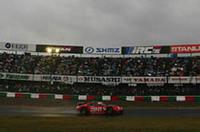 2005年の最終戦、強く降りしきる雨にもかかわらず、大勢の観客が鈴鹿サーキットを訪れた。