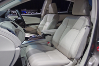 「レジェンド」のフロントシート。本革シートを標準で備える。