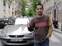パリでの足、プジョー「406」セダン。
