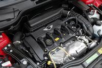 「クーパーS」のエンジンは、コモンレール式直噴ターボの1.6リッター直4。従来型スーパーチャージャーユニットから5psアップした。2000rpm弱から5000rpm付近までの間でアクセルを踏み込めば、オーバーブーストがかかり、トルクはプラス2.0kgmの26.5kgmまであがる。