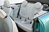 後席については、乗員の肩まわりでの室内幅を約30mm、足元スペースの縦方向の長さを40mm拡大し、快適性を高めている。