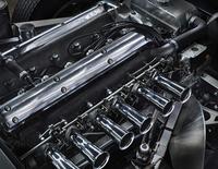 フロントに縦置きされる3.8リッター直6エンジン。345psと38.8kgmを発生する。