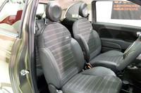 フロントシートのサイド部分には、ジーンズのポケットが。
