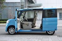 新型「タント」は従来モデルから助手席側のピラーレスドアを継承。またヒンジ式だった運転席側のリアドアを、スライド式に変更した。