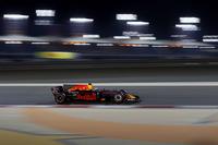 オーストラリア、中国と、メルセデスおよびフェラーリの後塵(こうじん)を拝することが多かったレッドブルはバーレーンで好調な出だしを見せ、予選ではダニエル・リカルド(写真)が4位。ポールシッターのボッタスから遅れること0.7秒と、過去2戦に比べて2強との差を縮めてきた。しかしレースではそうはいかず、リカルドは5位フィニッシュ。前戦中国で3位表彰台に上がったマックス・フェルスタッペンは予選6番手からブレーキトラブルでリタイアした。(Photo=Red Bull Racing)