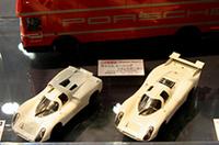 06年2月発売予定のエブロ1/43ポルシェ908ショートテール(左)と同ロングテール(右)。カラーリングやステッカーのないアイボリーのボディもまた、当時のポルシェの広報写真から抜け出てきたような雰囲気でイイ。後ろにあるトランスポーターは9240円で12月発売予定。