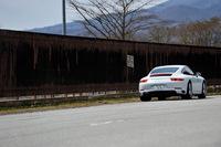 リアまわりでは新しい意匠のリアコンビランプやエアインテークスクリーン、バンパーの両端に設けられたインタークーラー用の排気ベントなども、新型「911カレラ」の特徴となっている。