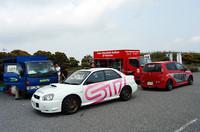 STiとラリーアート、ラリーフィールドのライバル同士は、会場にメカニックカー(?)を用意していた。
