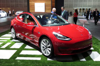 電気自動車メーカー、テスラのブースでは、最新モデル「モデル3」が注目を集めていた。生産が難航しているというが……。