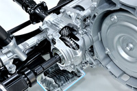 i-ACTIV AWDのカットモデルを見る。これはフロントアクスルのPTO(パワーテイクオフ)部。軽自動車並みの小型ハイポイドギアや肉厚2.5mmの薄肉アルミ製キャリアケースなどを用い、PTO単体では従来比55%の軽量化を実現している。