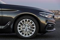 タイヤサイズは225/55R17が標準だが、仕様に応じて18インチや19インチ、20インチのタイヤおよびホイールも用意されている。