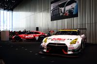 発表会のメインステージには、GT-R NISMO GT500(SUPER GT GT500クラス参戦車両:写真左)とGT-R NISMO GT3(同GT300クラス参戦車両:同右)が展示された。