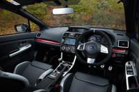 各所に施された「STI」のロゴや、赤やシルバーの装飾パネルが特徴的な「S207」のインテリア。センターコンソールには同車が400台の限定モデルであることを表す、シリアルナンバープレートが装着されている。