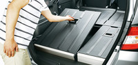 樹脂とアルミからなる「反転フロアボード」を返すことで、荷室のフロア高は2段階に変えられる。